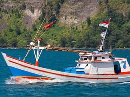 Indonesische Fischerboote an der Insel Rakata (c) Tobias Schorr