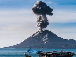 Fischerboote vor dem ausbrechenden Vulkan Anak Krakatau (c) Tobias Schorr