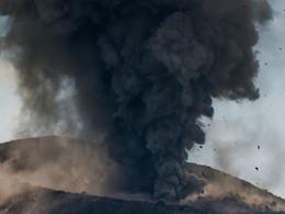 Detail aus einem Ausbruch. Die Blöcke, die in die Luft geschleudert werden, können mehrer Tonnen schwer sein! (c) Tobias Schorr