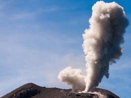 Starke Dampfexplosion am Krater des Anak Krakatau (c) Tobias Schorr