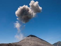 Ausbruch des Anak Krakatau Vulkans im Juli 2009 (c) Tobias Schorr