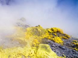 Die stärksten Fumarolen sitzen direkt im Zentrum des Vulkans (c) Tobias Schorr