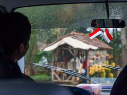 In Indonesien lohnt es sich, einen Fahrer zu organisieren, der den Verkehr gewohnt ist. (c) Tobias Schorr
