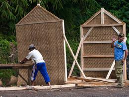 So leicht werden auf Java Häuser gebaut. (c) Tobias Schorr