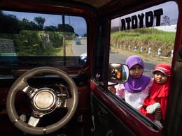 Blick aus dem Jeep auf Javanerinnen (c) Tobias Schorr