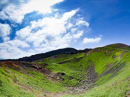 Ein sehr seltener Anblick! Die Krater des Daphne-Vulkanausbruchs auf Nea Kameni in grün!