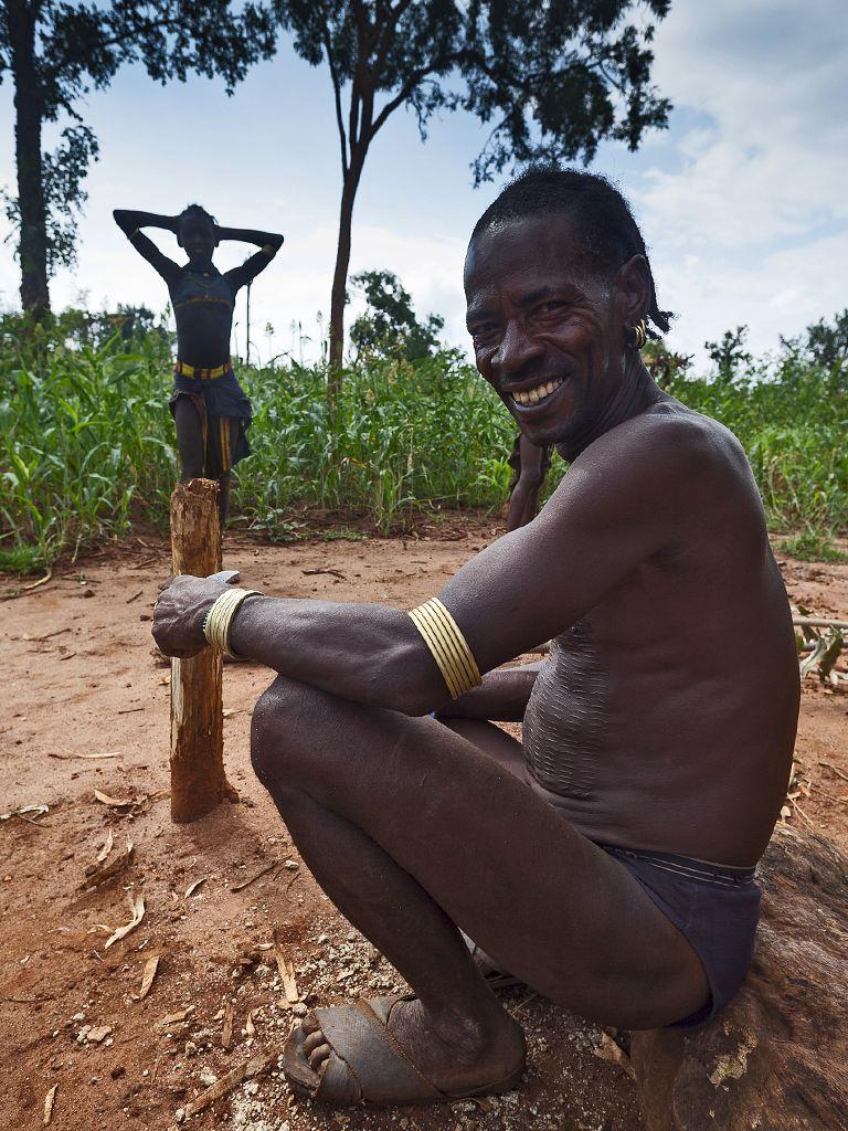 Ein Häuptling in Süd-Äthiopien lud uns zu sich in sein Dorf ein. Es war toll zu erleben, wie er alte Traditionen lebt, aber trotzdem nicht den Anschluß an die moderne Welt verloren hat. (c) Tobias Schorr
