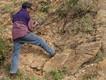 Der äthiopische Geologe Enku Mulugheta an einem Pegmatit-Gang (c) Tobias Schorr