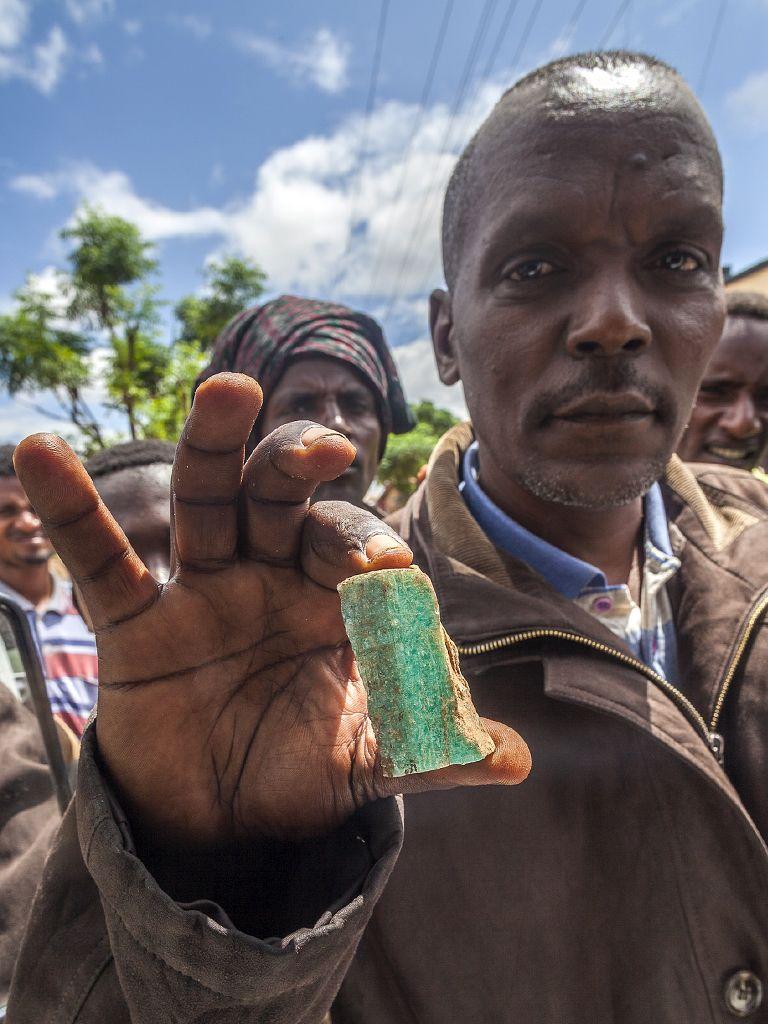 Ein Amazonitkristall aus der Region um Konso. Äthiopien ist reich an seltenen Mineralien und somit ein tolles Land für Mineraliensammler. Vielleicht kann man mit Reisen für Mineralien-Fans die Äthiopier unterstützen? (c) Tobias Schorr