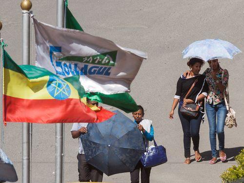 Die äthiopische Flagge und moderne Bewohner der Hauptstadt Addis Abeba (c) Tobias Schorr