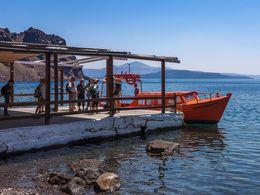 Ankunft mit Sostis Boot am Hafen Korfos der Insel Thirasia (c) Tobias Schorr