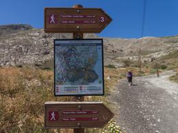 Tafeln, die über den Wanderweg nach Alt-Thera und nach Pyrgos informieren. (c) Tobias Schorr, April 2017