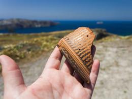 Antike Scherbe aus geometrischer Zeit, die ich am Feld fand, wo der Weg in die Plaka-Bucht beginnt. (c) Tobias Schorr, April 2017