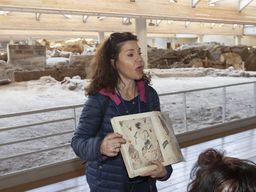 Die griechische Fremdenführerin Chará Abdelioti erklärt der Reisegruppe die minoische Ausgrabung von Akrotiri.