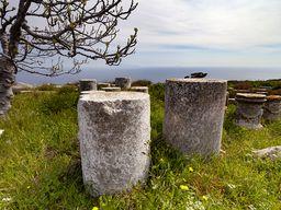 Kleine Grundsteine für Statuen mit Inschriften wichtiger Persönlichkeiten am Marktplatz der antiken Stadt Thera.