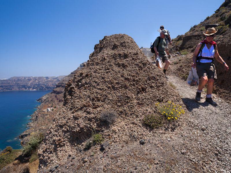 Abstieg durch ein offenes geologisches Museum in die Plaka-Bucht (c) Tobias Schorr
