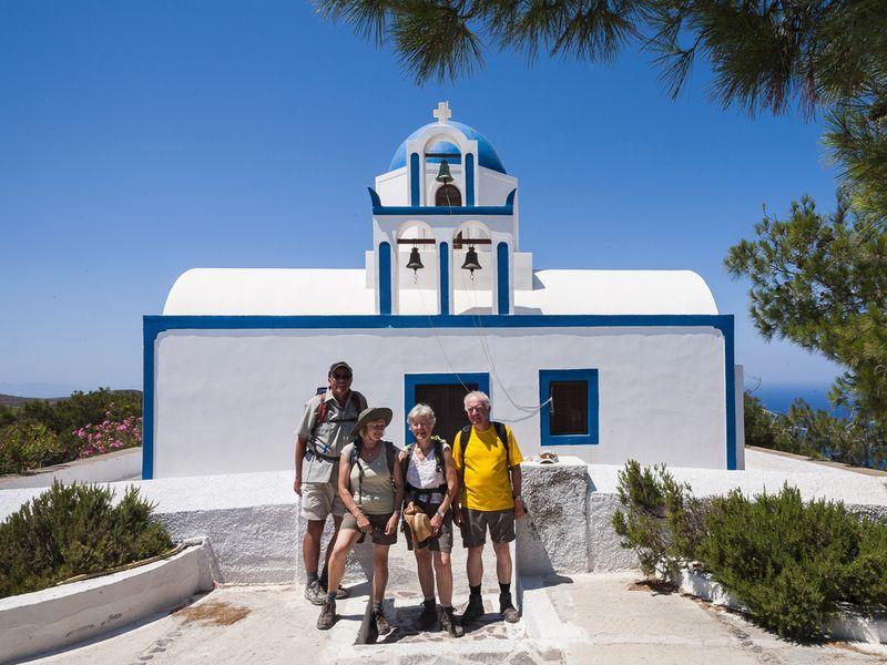 Die Wandergruppe an der Kapelle Profitis Ilias auf Santorin (c) Tobias Schorr