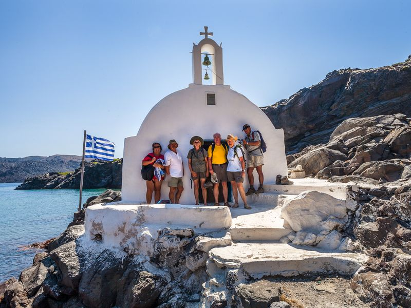Im Schatten der Kapelle Agios Nikolaos auf der Vulkaninsel Palea  Kameni. (c) Tobias Schorr