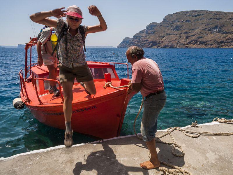 Sprung auf die Insel Thirasia. (c) Tobias Schorr