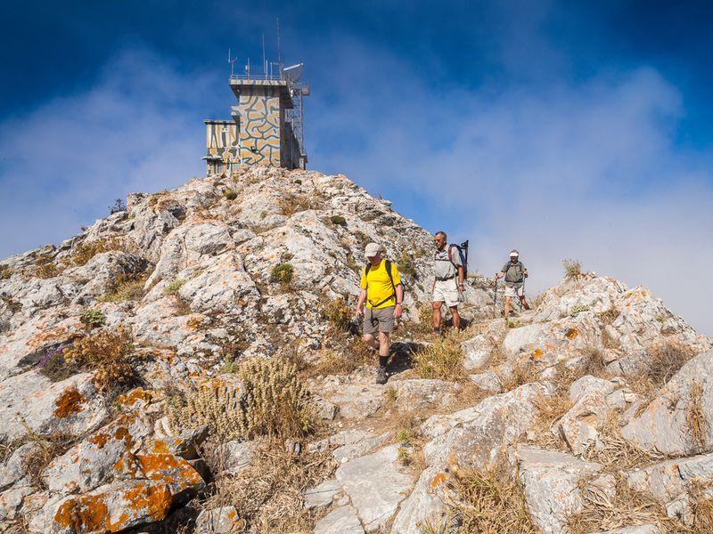 Eine der eindrucksvollsten Wanderungen beginnt am Gipfel des Profitis Ilias und endet an der antiken Akropolis von Alt-Thera. (c) Tobias Schorr