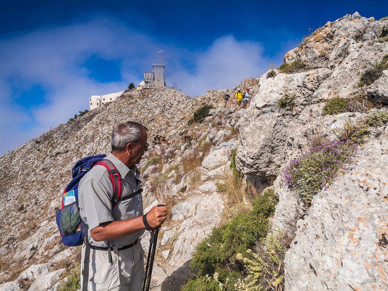 Am Felsweg nach Alt-Thera kann man tektonische Störungen aus der Nähe besichtigen. (c) Tobias Schorr