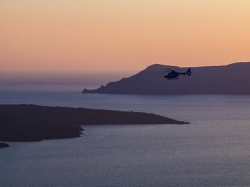 Ein Helikopter macht Filmaufnahmen von Nea Kameni (c) Tobias Schorr