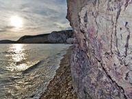 Goldhaltige Felsen an der Küste von Tsingrado