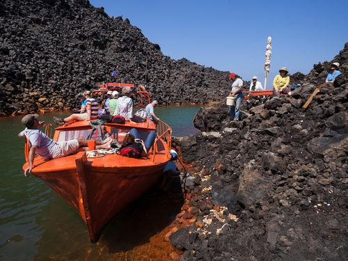 Mit Sostis Boot in einer der Buchten auf Nea Kameni, in der Thermalwasser austritt. (c) Tobias Schorr