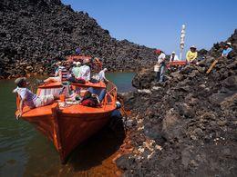 Mit Sostis Boot in einer der Buchten der Insel Nea Kameni (c) Tobias Schorr