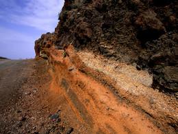 Vulkanische Ascheschichten an der Wanderroute Thira-Ia (c) Tobias Schorr