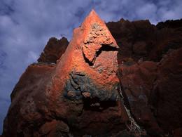 Rote, eisenhaltige Lava am kleinen Profitis Ilias Gipfel (c) Tobias Schorr