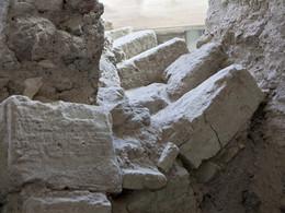 Eine durch Erdbeben zerdrückte Treppe in Akrotiri. (c) Tobias Schorr
